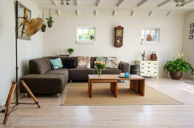 Menempatkan lampu dan tanaman gantung (baik itu asli atau tanaman palsu) bisa membuat sentuhan alami di ruang tamu. (Foto: Pexels.com)