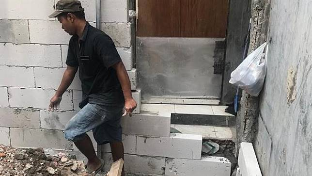 Sebuah rumah mungil di sebuah gang sempit Jl. Mangga Dua Dalam, Jakarta Pusat, terperangkap tanpa akses keluar masuk.