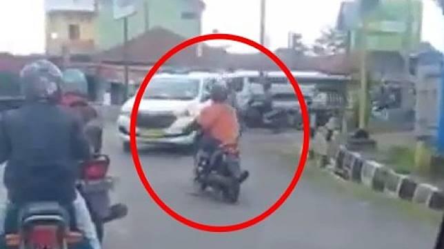 Aksi nekat emak-emak yang menghadang arus lalu lintas dari lawan arah. (Instagram)