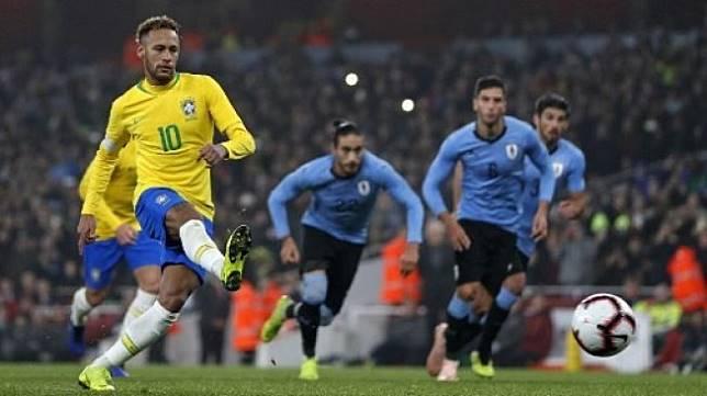 Pemain Brasil Neymar menjebol gawang Uruguay dalam laga uji coba yang berlangsung di London, 16 November 2018 [AFP]