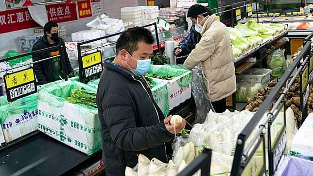 Warga berbelanja di sebuah pasar swalayan di Wuhan, Provinsi Hubei, Cina, 27 Januari 2020. Virus Corona yang menyebar itu membuat aktivitas Wuhan menurun. Bahkan kota itu tampak sangat sunyi. Bandara dan stasiun kereta pun ditutup. Xinhua/Xiong Qi