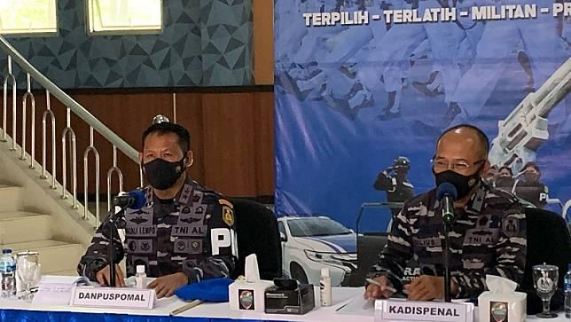 Komandan Pusat Polisi Militer Angkatan Laut (Danpuspomal), Laksamana Muda TNI Nazali Lempo saat konferensi pers kasus kekerasan melibatkan enam oknum anggota POM AL. (Foto: MPI/Jonathan Simanjuntak)