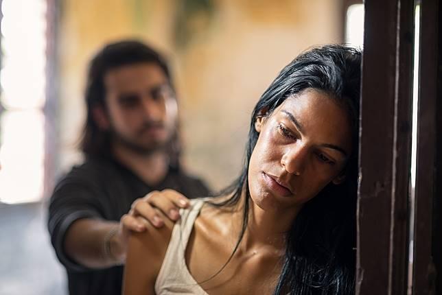 4 Alasan Wanita Tetap Bertahan dengan Lelaki yang Salah