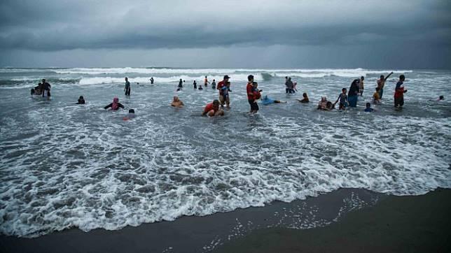 Pengunjung bermain air di kawasan Pantai Parangtritis, Bantul, DI Yogyakarta