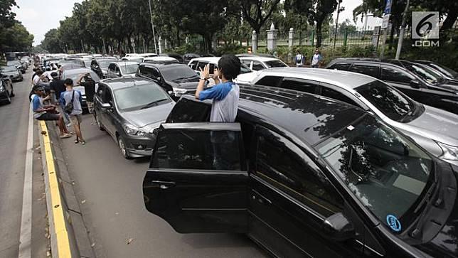 Ratusan Mobil Taksi Online Tutup Jalan Medan Merdeka Barat