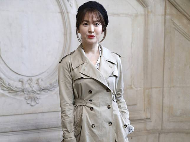 South Korean Song Hye-Kyo poses for a photocall prior to the Christian Dior's fashion show during the 2018 spring/summer Haute Couture collection on January 22, 2018 in Paris.