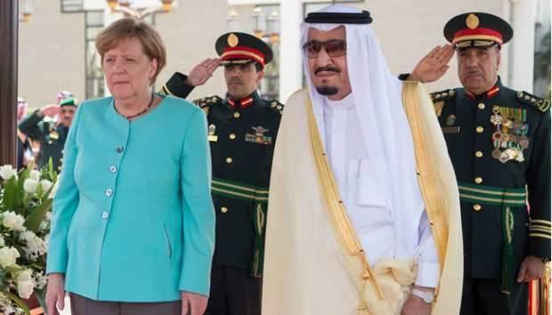 Raja Salman bin Abdulaziz Al Saud menyambut kedatangan Kanselir Jerman, Angela Merkel di Jeddah, Arab Saudi, 30 April 2017. Bandar Algaloud/Courtesy of Saudi Royal Court/Handout via REUTERS