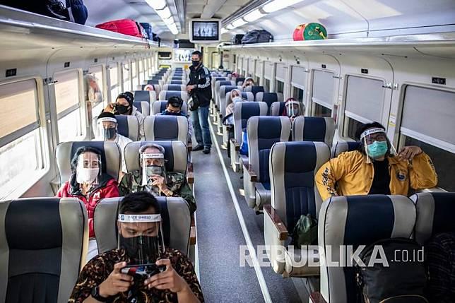Penumpang duduk di dalam rangkaian gerbong KA Bima rute Stasiun Gambir-Malang PP di Stasiun Gambir, Jakarta, Sabtu (11/7/2020). PT Kereta Api Indonesia (KAI) (Persero) kembali menambah lima perjalanan kereta api (KA) jarak jauh di area Daop 1 Jakarta untuk tujuan Bandung, Cirebon dan Surabaya yang diberangkatkan dari Stasiun Gambir dan Pasar Senen yang hanya dioperasikan pada hari Jumat, Sabtu, dan Minggu.