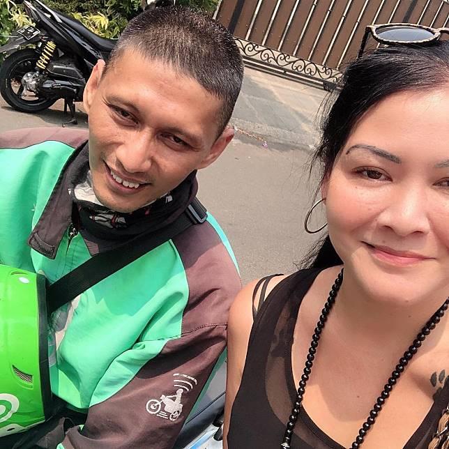 Driver ojol bertemu artis Melanie Subono yang 23 tahun yang lalu menolongnya membeli sandal.