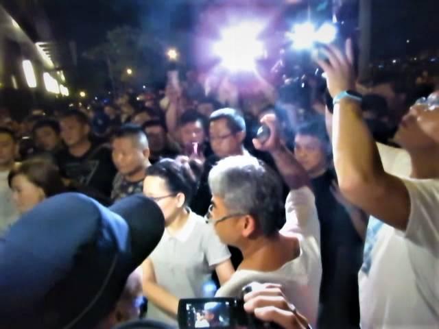 數百網友聚集郭姓保母家大樓「討公道」,圖中男子手拿石頭揚言要砸大樓玻璃。記者黃寅/攝影