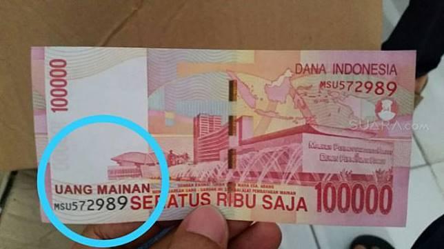 Uang mainan yang dibawa Mujiono untuk melunasi utang di Bank BCA Jalan Pangeran Diponegoro, Tulungagung. [Suara.com/Ali Achmad]