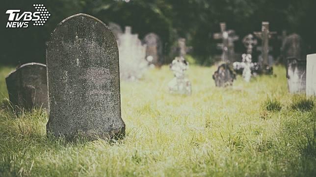 一名美魔女不滿遭對方分手,報警提告稱自己酒醉時遭對方載往墳場性侵得逞。(示意圖/TVBS)