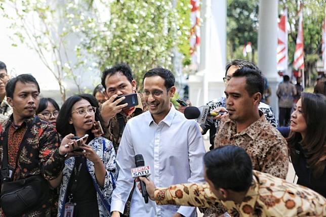 App-based transportation Gojek founder Nadiem Makarim (center) at the State Palace in Jakarta on Oct 21.