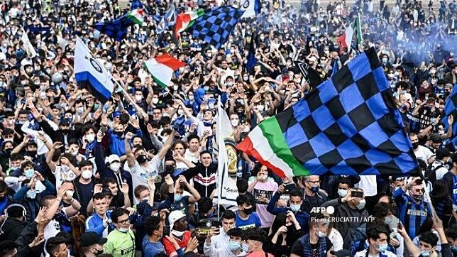 Pendukung FC Internazionale merayakan kemenangan di Piazza Duomo di Milan pada 2 Mei 2021, setelah tim tersebut memenangkan gelar Kejuaraan Serie A Italia. Piero CRUCIATTI / AFP