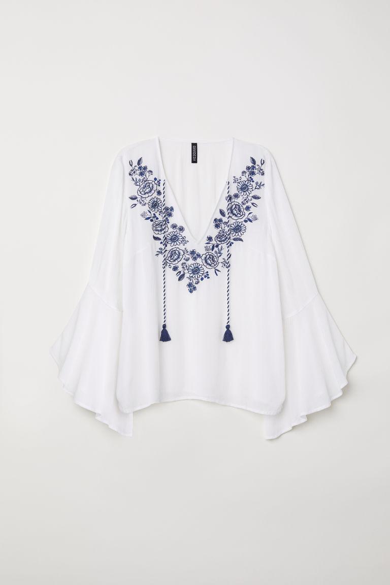 女衫,透氣褶縐嫘縈平織布料,有刺繡花朵,V領配綁帶,七分喇叭袖,微傘狀下襬。