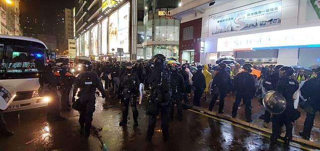 示威者與警察對峙