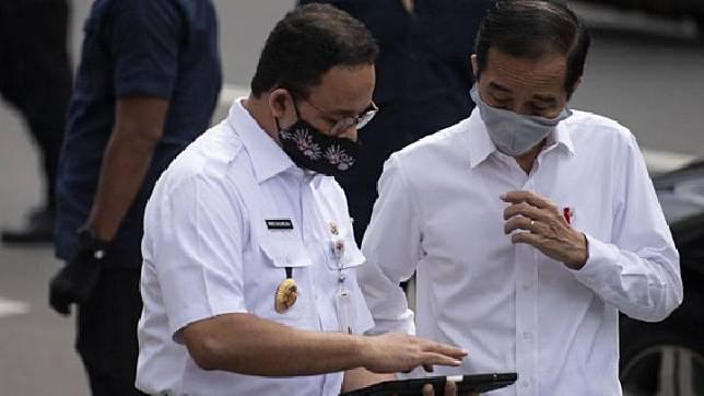 Presiden Joko Widodo (kanan) berbincang dengan Gubernur DKI Jakarta Anies Baswedan seusai meninjau kesiapan penerapan prosedur standar