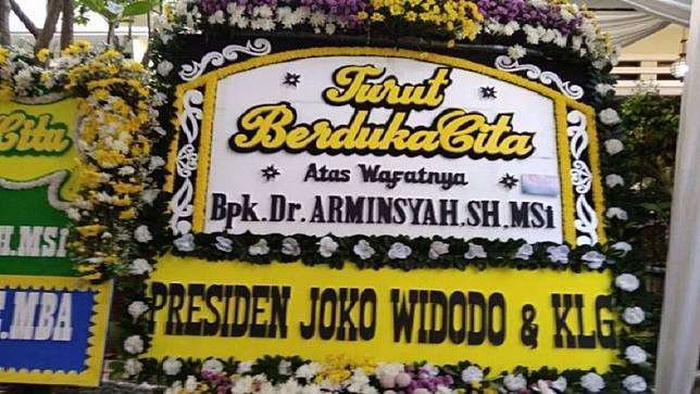 Rangkaian karangan bunga ucapan dukacita berdatangan ke rumah Wakil Jaksa Agung, Arminsyah di Perumahan Tanjung Mas Raya, Tanjung Barat, Jakarta Selatan, Minggu (5/4/2020) (Foto: Antara).