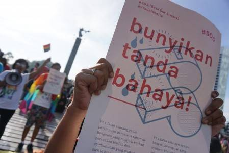 Protestoprs carry posters opposing sexual violence during the Car Free Day at Hotel Indonesia traffic circle on May 15. Protesters demanded the government end sexual violence against women and children amid recent cases of rape and murder in several parts of Indonesia.