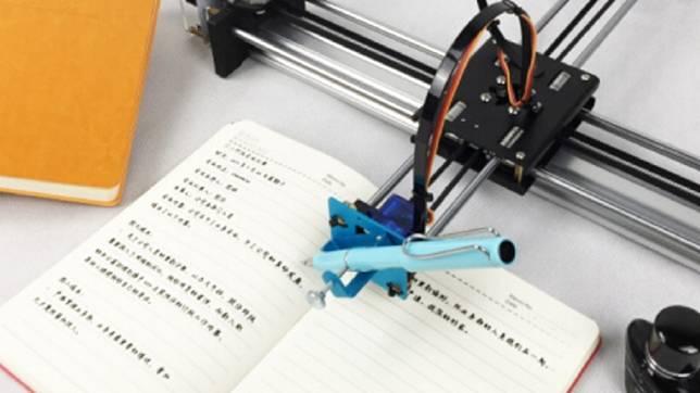 大陸一名少女買了一台寫字機器人,幫她完成寒假作業。(圖/翻攝自陸網)