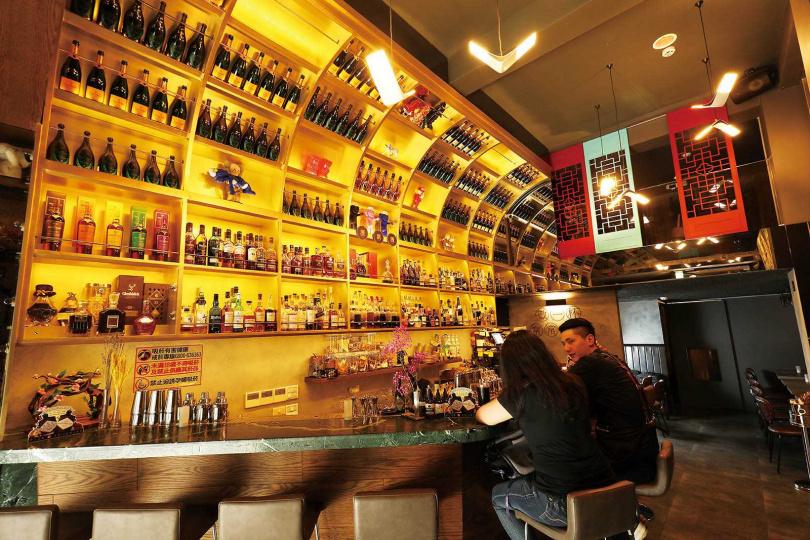 高聳的酒牆搭配中式窗花圖騰,「酒鈅酒NITE NITE」從裝潢到調酒都展現中西合璧的特色。(圖/于魯光攝)