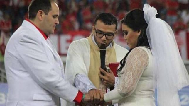 ™ Pasangan Ini Menikah di Tengah Pertandingan Gila Bola,