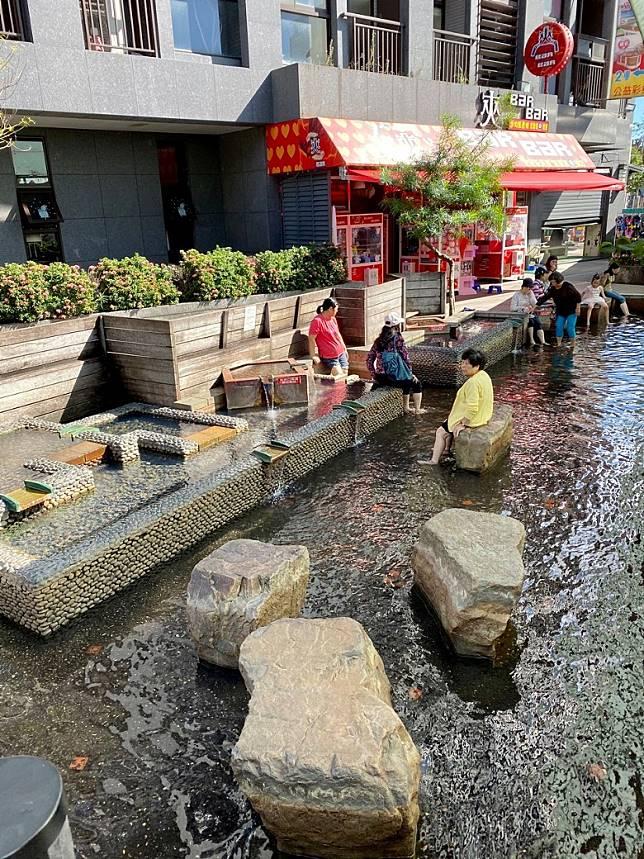 由酒店走到附近的湯圍溝溫泉公園才幾分鐘,坐在公園內可以免費泡腳!(FoodieCurly鬈毛妹提供)