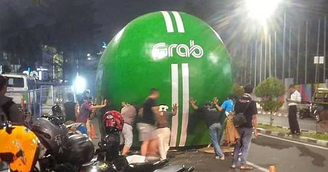 Giant Grab pick-up point helmet in Senayan moved after complaints from pedestrians