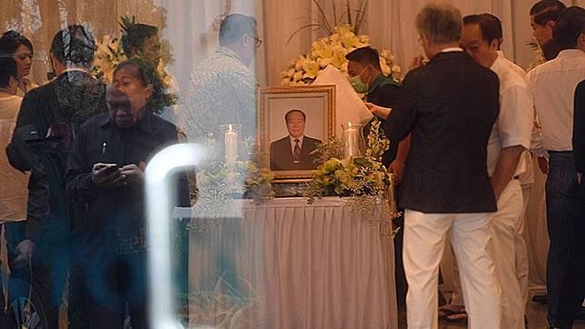 Kerabat memberikan penghormatan terakhir kepada Pendiri Sinar Mas Group Eka Tjipta Widjaja di Rumah Duka Sentosa RSPAD, Jakarta, Ahad, 27 Januari 2019. Salah satu orang terkaya di Indonesia itu meninggal pada usia 97 tahun. ANTARA/Akbar Nugroho Gumay
