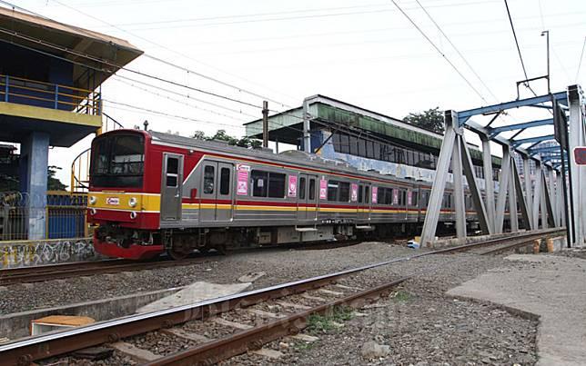 Ilustrasi - Kereta Rel Listrik melintas didekat Stasiun Tanah Abang, di Jakarta, Jumat (10/4). PT Kereta Commuter Indonesia (KCI) akan menyesuaikan operasional kereta rel listrik (KRL) Jabodetabek sejalan dengan kebijakan pembatasan sosial berskala besar (PSBB) yang sudah ditetapkan oleh pemerintah pusat. Sesuai aturan PSBB, maka operasional KRL di pemerintah provinsi DKI Jakarta dimulai pukul 06.00 WIB dan berakhir hingga 18.00 WIB. Bisnis/Dedi Gunawan