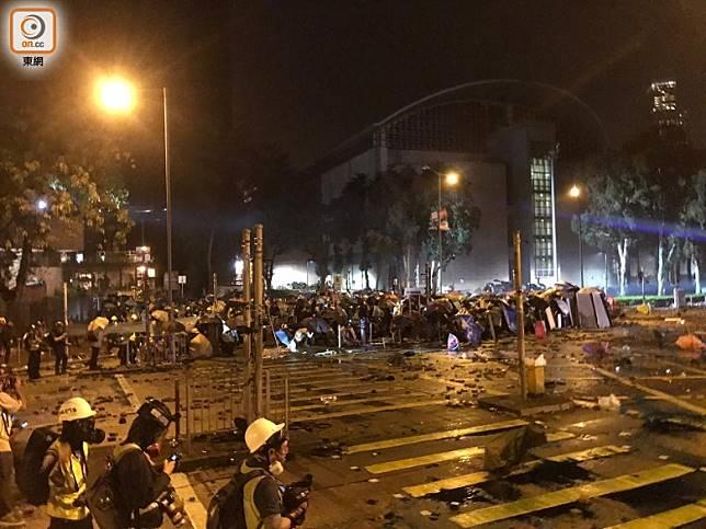 水炮車中汽油彈後倒車,近200名示威者向十字路口推進。(馮子健攝)