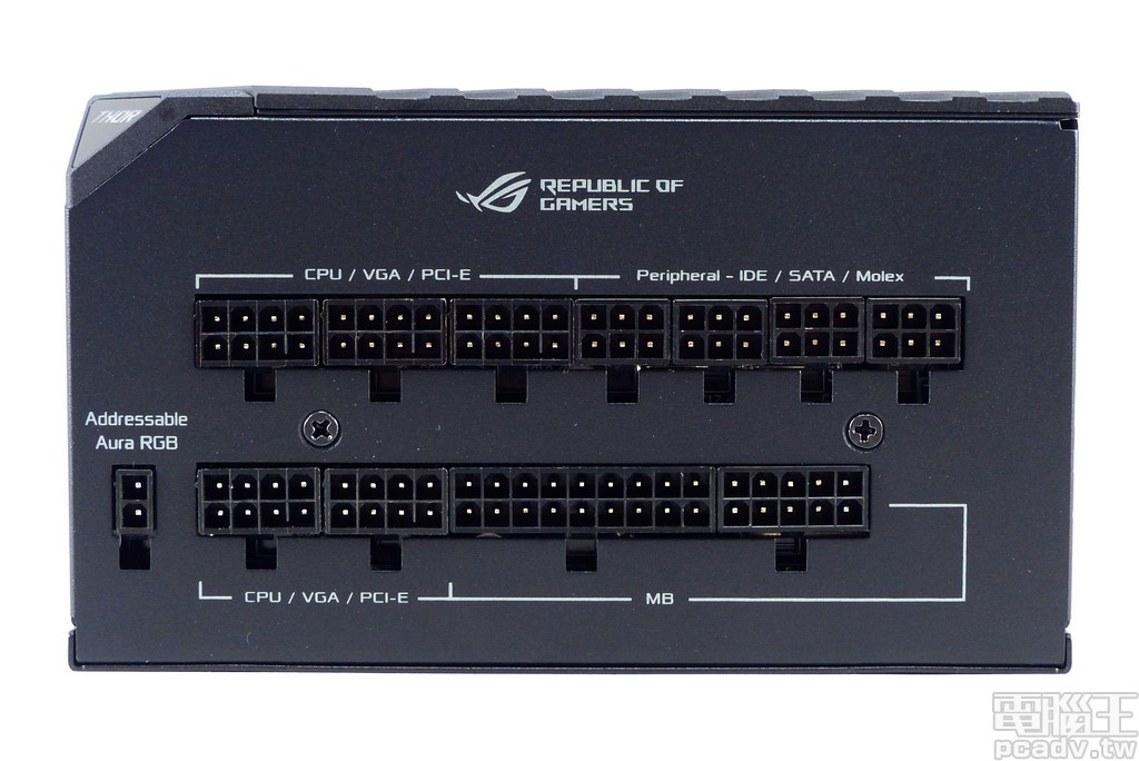 ROG Thor 850P 模組化線材面板安排 1 個 ATX 24pin、5 個 CPU/PCIe、4 個週邊裝置插座,左方 2pin 插座用以輸入可定址 RGB 控制訊號