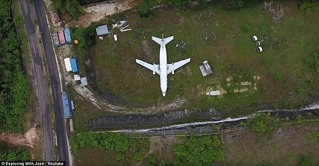 Pesawat di tebing bekas tambang kapur di Bali bikin geger media luar