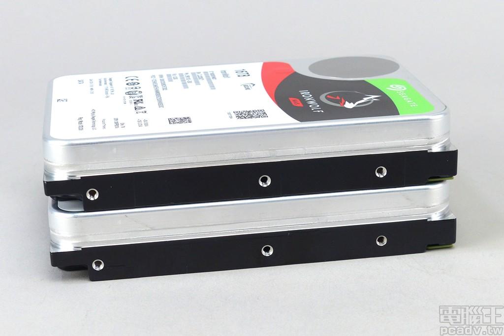 ▲ IronWolf 16TB、IronWolf Pro 16TB 於 3.5 吋規格塞入 9 張碟片,單側具備 3 個標準螺絲孔位。