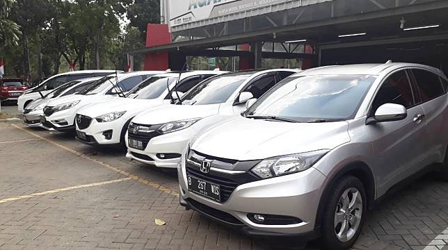 Deretan mobil bekas di Bursa Mobil Bintaro Jaya, Tangerang Selatan