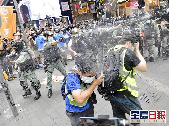 在本月1日,有身穿黃背心的記者被噴射催淚水劑。資料圖川