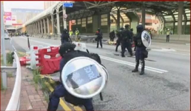 警方清拆路障。有線新聞截圖