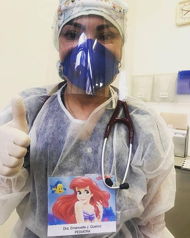 「別怕,我給你希望!」醫護人員將自己微笑的照片貼於胸前,撫慰病患不安的心