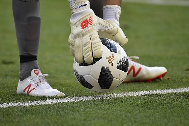 ▲狂漏氣!世足戰球比賽「 4 度破裂」,其實非中國大陸製造。(圖/美聯社/達志影像)
