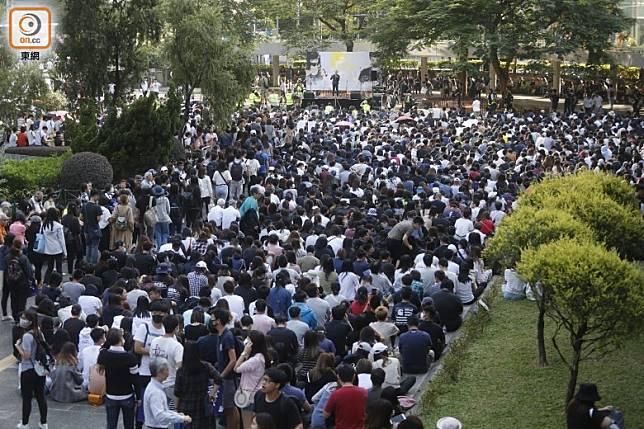 數百市民聚集中環遮打花園。(袁志豪攝)