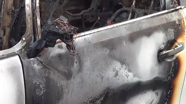Bangkai mobil Toyota Alphard milik Via Vallen yang dibakar di samping rumahnya di Sidoarjo, Jatim, Selasa (30/6/2020). (Foto: iNews/Yoyok Agusta)