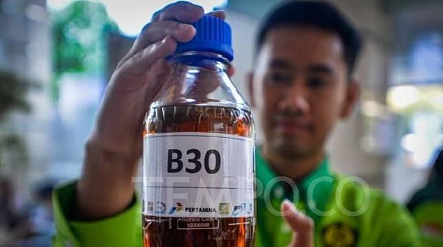 Petugas menunjukkan perbedaan bahan bakar B20 dan B30 saat peluncuran B30 di kementerian ESDM, Jakarta, Kamis (13/6) Pemerintah melakukan uji coba penggunaan Bahan Bakar campuran Biodiesel 30% (B30) pada bahan bakar solar kendaraan bermesin diesel. Tempo/Tony Hartawan