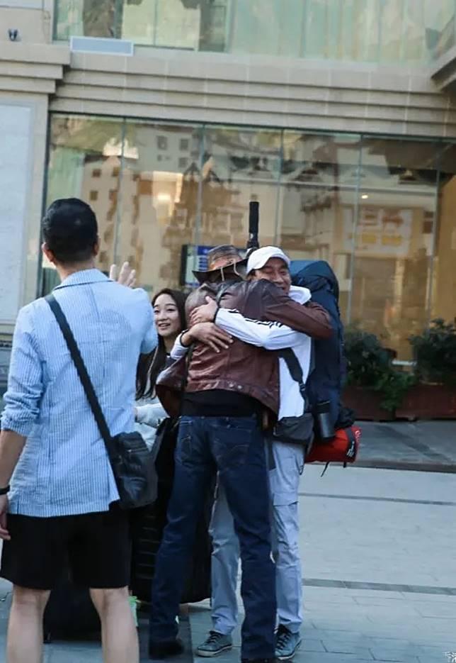 兩個大男人激情擁抱…