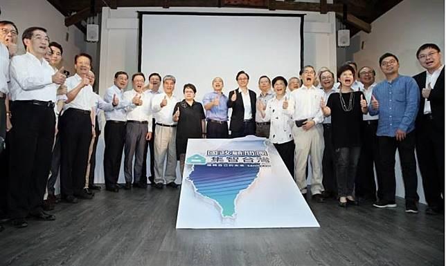 國民黨總統參選人韓國瑜(中左)17日出席「國政顧問團」成立大會,並與總召集人張善政(中右)及各組召集人、成員合影。(資料照片,姚志平攝)