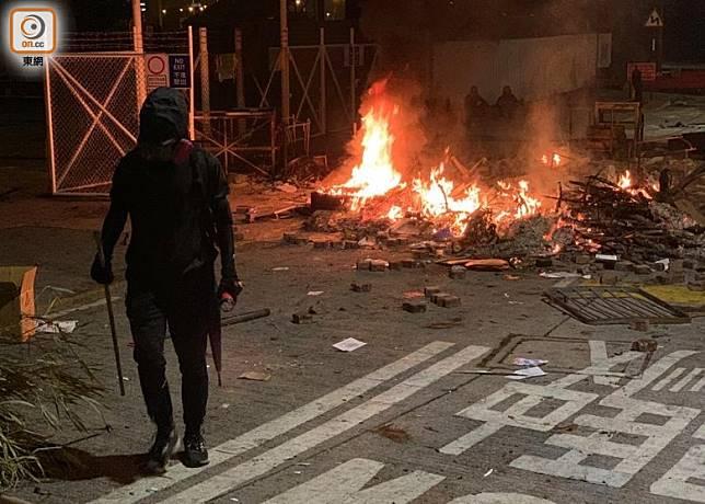 示威者亦在校園放火焚燒路障,一時間火光熊熊。(胡德威攝)