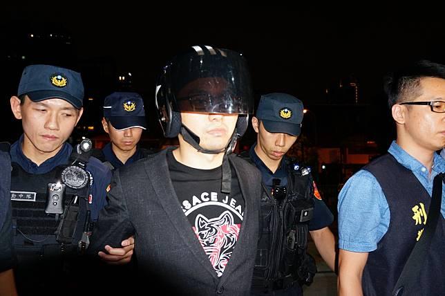 連千毅(左三)今晚被移送高雄地檢署複訊。記者林伯驊/攝影