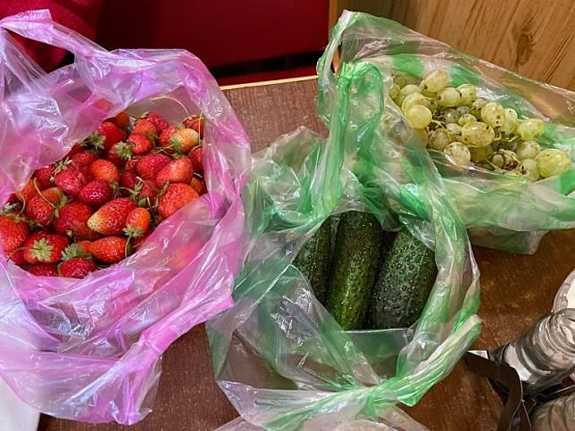 最後來些飯後水果,港幣十多元,買了三大袋,有葡萄、青瓜和草莓。(FoodieCurly鬈毛妹提供)