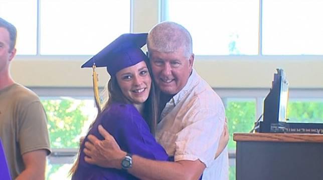 Davison (kiri), memeluk Hughes. (abcnews.com)