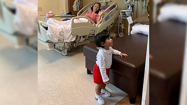 Gayatri Idalia Yudhoyono, putri dari pasangan Ibas Yudhoyono dan Aliya Rajasa tengah menemani neneknya Ani Yudhoyono saat dirawat di Rumah Sakit di Singapura. Foto/Instagram/ruby_26
