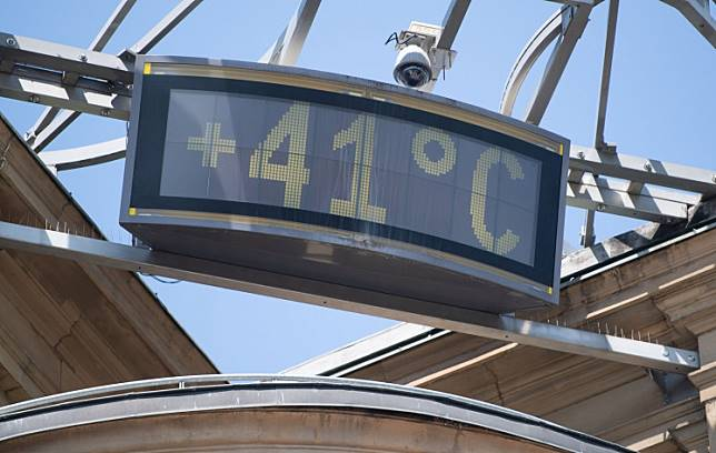 A picture taken on July 25, 2019 shows a board displayed in an office building and reading 41 Celsius in Stuttgart, as a new record high temperature was recorded in Germany, amid a Europe wide heatwave, breaking the previous hottest figure reached the previous day.
